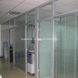Büro-Partition mit den automatischen Jalousien eingeschoben in ausgeglichenem Isolierglas