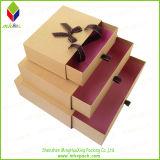 Delicada púrpura del embalaje del paño de la caja con la cinta roja