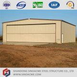 Hangar de la estructura de acero con la puerta de plegamiento