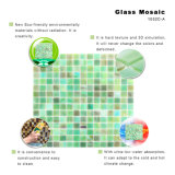 緑手によって切られる明確な台所Backsplashのステンドグラスのタイル
