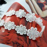 Le lacet fabriqué à la main blanc noir de crochet fleurit le collier de foulard pour des femmes