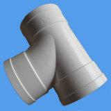 Instalación de tuberías del PVC del cuello de la botella de la te para el drenaje