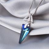 鎖が付いている女性925の純銀製の高級な三角形の青い水晶ペンダント