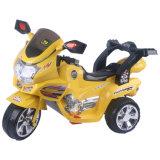 Conduite à piles de gosses sur des jouets de moto avec des musiques