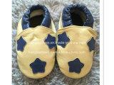 幼い子供の完全な革赤ん坊靴