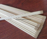 Palillos de bambú en la funda de papel