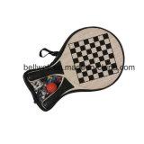Raquete de tênis de praia de madeira com tabelas de jogo de xadrez