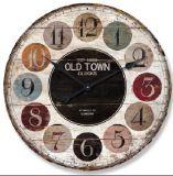 Vecchio orologio di parete di colore di modo