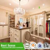 Высокие лоснистые белые самомоднейшие шкафы спальни