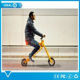 36V小さいScootの電気バイクのスクーターの電気バイクを折っている大人