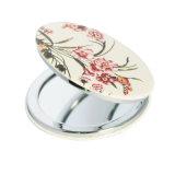 A forma compo o espelho decorativo feito sob encomenda do estojo compato do metal