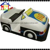 Шарж управляя автомобилем для автомобиля малышей парка атракционов участвуя в гонке