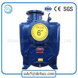 Individu amorçant la pompe centrifuge de protection contre les incendies de moteur diesel