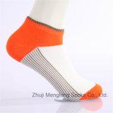 Modo di buona qualità che sembra i calzini di sport del taglio di livello basso dei giovani