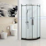 Recinto de cristal curvado de la ducha con la puerta deslizante lisa