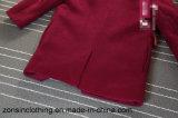 折りえりによって厚くされる女の子の毛織のコート