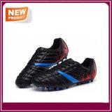 屋外のフットボールはサッカーの靴に卸しで蹄鉄を打つ