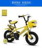 子供のバイクおよび子供の自転車、びん、女の子の子供の自転車が付いている子供のバイク