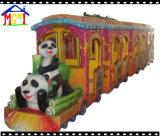 Trem da parada no parque de diversões para o adulto e as crianças