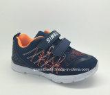 A parte superior clássica do engranzamento do estilo ostenta sapatas Running para crianças
