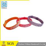 Wristbands poco costosi del silicone di modo su ordinazione con propri marchio di disegno
