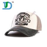 Il modo esterno di estate mette in mostra il berretto da baseball più poco costoso con il sole