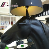 高く、大きい馬の円錐ファブリック陰が付いている永続的な床ランプ