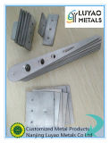 Stahl, der stempelt,/Blech-/verbiegend und stempelnd stempelt