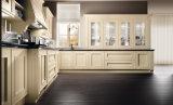 Biege klassische Art-hölzerne Küche-Möbel mit dunkler Granitcountertop-geöffnetem Regal und Glasschrank