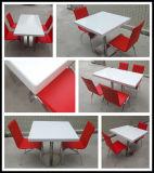 現代家具の石のレストランのダイニングテーブルの上
