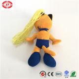 Muchacha atractiva con el juguete de nylon relleno bailarín amarillo de la tela del pelo