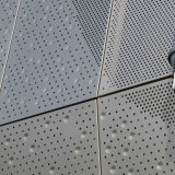 Staggered Round Perforationsの空のPerforated Aluminum Panels