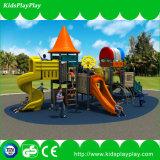 O plástico ao ar livre desliza o campo de jogos do equipamento dos miúdos