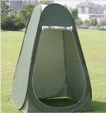 Portáteis ao ar livre estalam a barraca acima de acampamento do quarto de chuveiro do toalete da praia