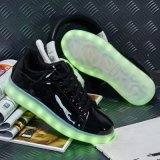 Os esportes do basquetebol coloridos iluminam acima sapatas ocasionais de incandescência do diodo emissor de luz de Chaussure dos homens