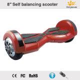 Individu sec d'équilibre équilibrant l'E-Scooter DEL de moteur électrique