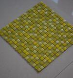 Azulejos de mosaico verdes claros del vidrio cristalino con los modelos libres
