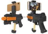 AR virtual hace fuego sobre el juguete plástico para el teléfono celular