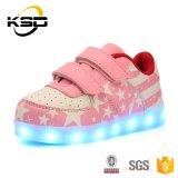 かわいいピンクカラーはLEDの靴防水USBの電信料のスポーツの靴をからかう