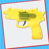 Pedernal plástico que chispea el juguete del arma de la pistola con el caramelo