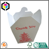 Caixa de papel da parte inferior do quadrado da massa do macarronete do alimento afastado com punho