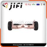 2 Geschäftemacher-Selbst, der Hoverboard balanciert