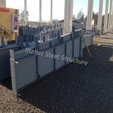 Helles Stahlaufbau-Lager mit konkreter Spalte