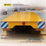 Carro plano ferroviario del color amarillo con las ruedas de acero de la grúa