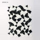 Hojas blancos y negros del mosaico del vidrio manchado del azulejo del cuarto de baño de la cocina