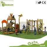 Equipamento ao ar livre de madeira do campo de jogos para miúdos