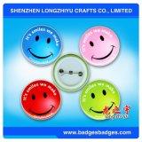 Le bouton de face de sourire goupille l'insigne de fer blanc avec conçoivent procurable en fonction du client