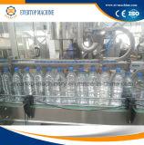 Машина завалки разливать по бутылкам воды бутылки