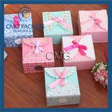 Caixa dos doces do favor com favores do banquete de casamento das fitas