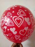 Ballon rond de 12 pouces avec le modèle de coeur